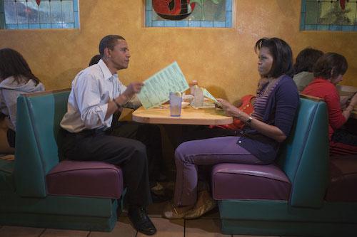 Barack Obama y su familia en un restaurante mexicano.