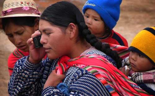 Familia boliviana con móvil